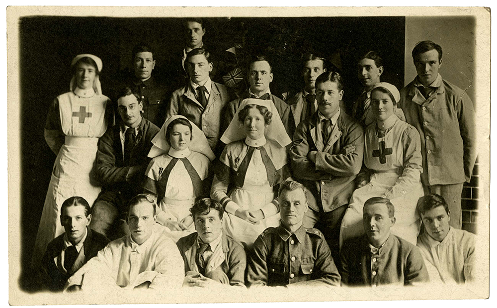 Postcard of nurses and soldiers at First Northern Hospital